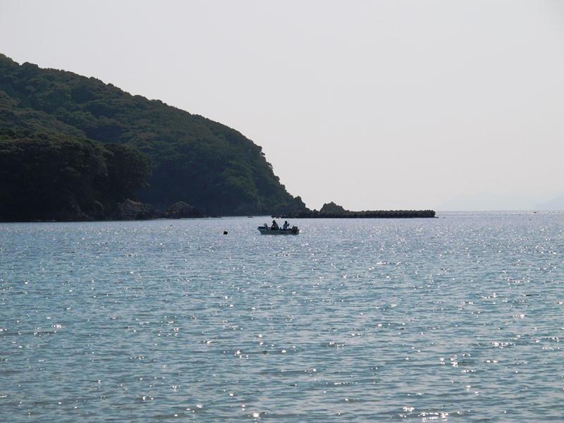 御座白浜海水浴場でのんびりと魚釣りをするボート