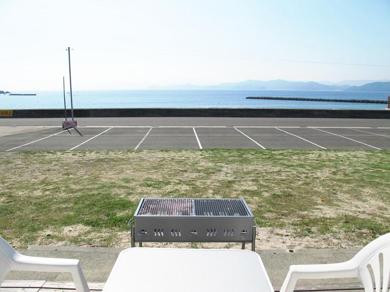 バンガロー12帖タイプから海を眺めながらのバーベキューが可能です。