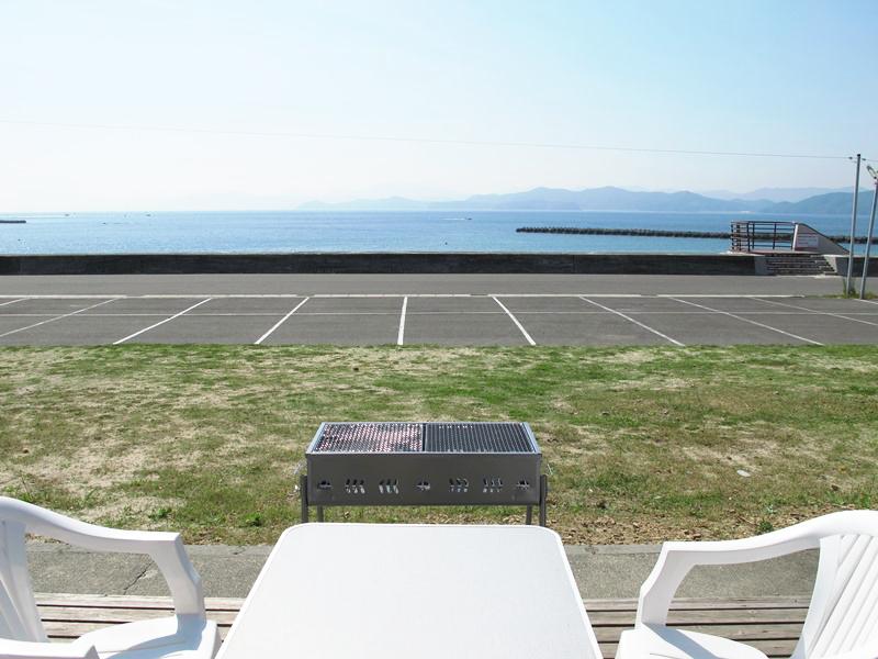 ログハウス8帖タイプから海を眺めながらのバーベキューが可能です。