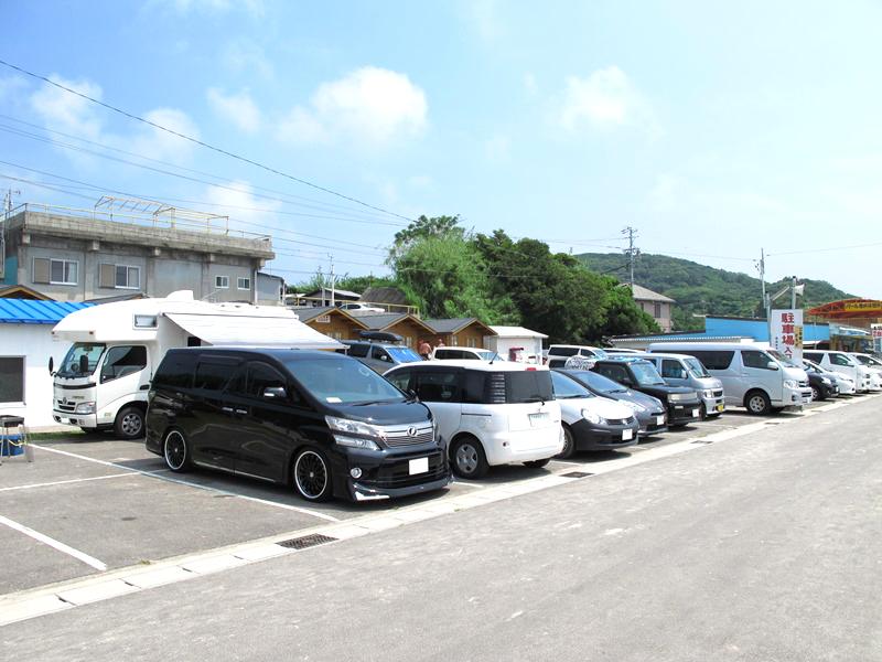 御座白浜キャンプ場の駐車場も大入り
